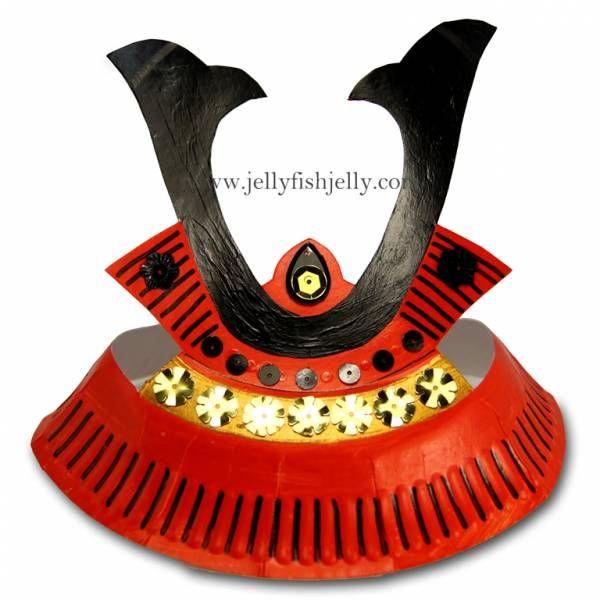 crédit photo Jellyfish Jelly Transformez une simple assiette en carton en casque de samouraï japonais en suivant le tutoriel de Jellyfish Jelly. Parfait pour les garçons qui aiment jouer aux guerriers, ce craft sera l'occasion de peindre et de faire preuve de créativité pour un casque original et unique ! Instructions Vous aurez besoin d'une assiette en papier. Téléchargez le gabarit en suivant le lien 'click here for full instructions' Coupez le gabarit et reportez-le sur l'assiette. ...