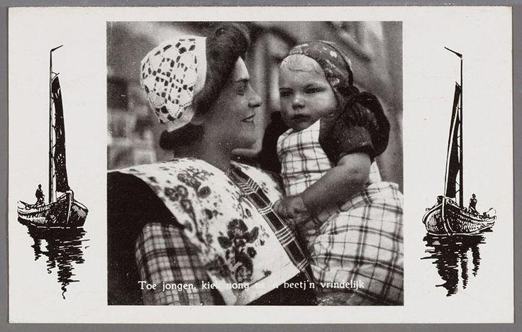 Vrouw van opzij gezien, half totaal. Ze draagt de gehaakte muts en kuif, een wit gebloemde kraplap, gedeelde rode doek en geruite boormouwtjes. Op de arm een jongetje in de rokken met klapmuts, jurkje en fries geruit schort, schuin van voren. De foto wordt geflankeerd door twee getekende botters. 1950-1960 #Utrecht #Spakenburg