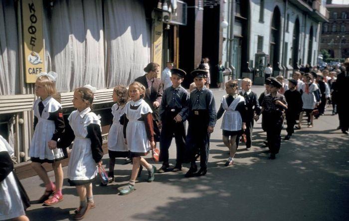 Школьники, идущие в театр. СССР, Москва, 1959 год.
