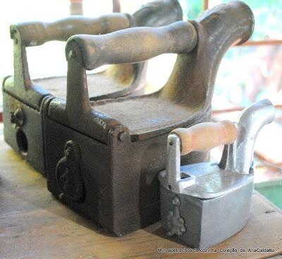 Brinquedo antigo Mini Ferro à brasa de passar Roupa