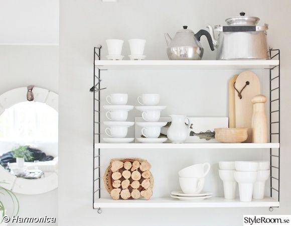 stringhylla,vit,kaffepanna,trädetaljer,kök,matrum,kaffemuggar,muuto