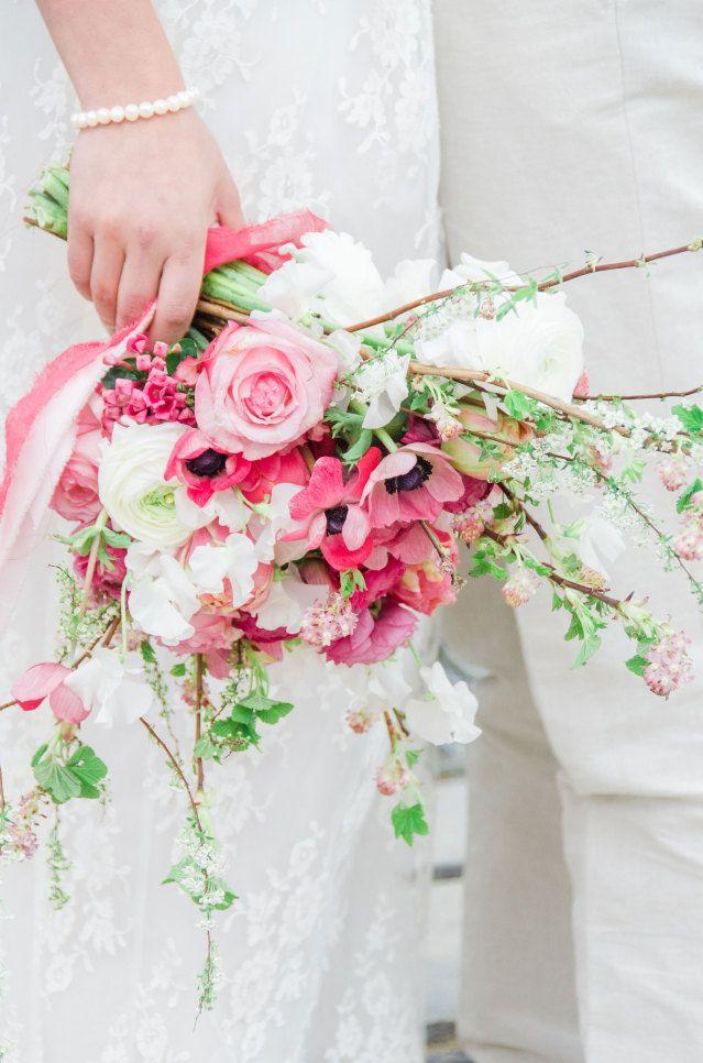 #tipvandeweek Wist je dat je je trouwboeket voor de ceremonie in je linkerhand draagt, en daarna in je rechterhand.