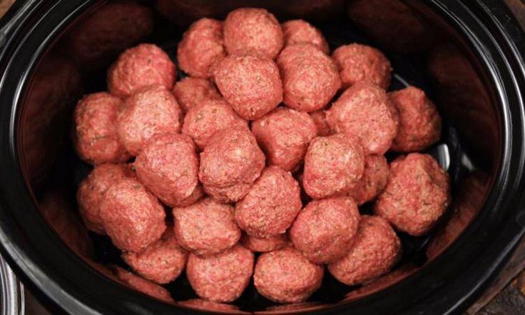 Déposez une tonne de ces boulettes maison dans votre mijoteuse et les 3 ingrédients suivants feront TOUTE la différence!