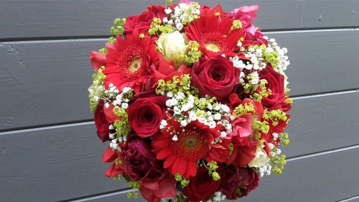 """""""Liefde rood"""" met mooie pioenen en rozen"""