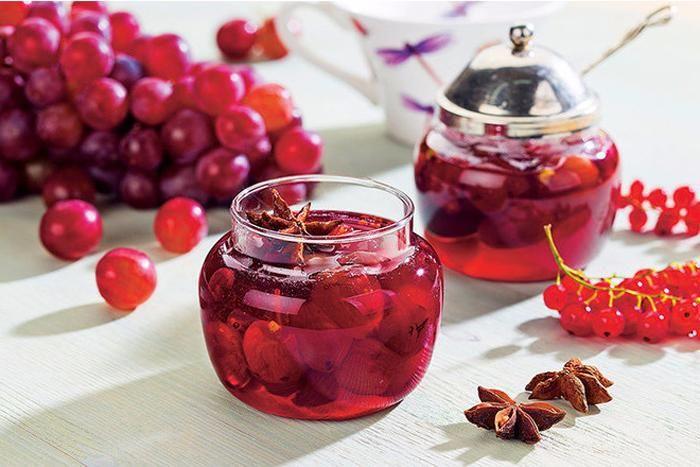 SOUND: http://www.ruspeach.com/en/news/13228/     Для приготовления виноградного варенья возьмите один килограмм винограда, свежий сок одного большого лимона, сто миллилитров воды, восемьсот граммов сахарного песка, немного корицы и гвоздики. Сварите сироп из лимонного сока, сахара, воды и пряностей. Проколите зубочисткой каждую вымытую ягодку винограда и положите в сироп. Несколько раз доведите ваш сироп до закипания, пока сироп не станет густым.    To make grape jam take 1