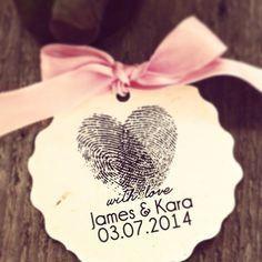 Esta linda tag combina as digitais dos noivos em um coração e é uma ideia fof
