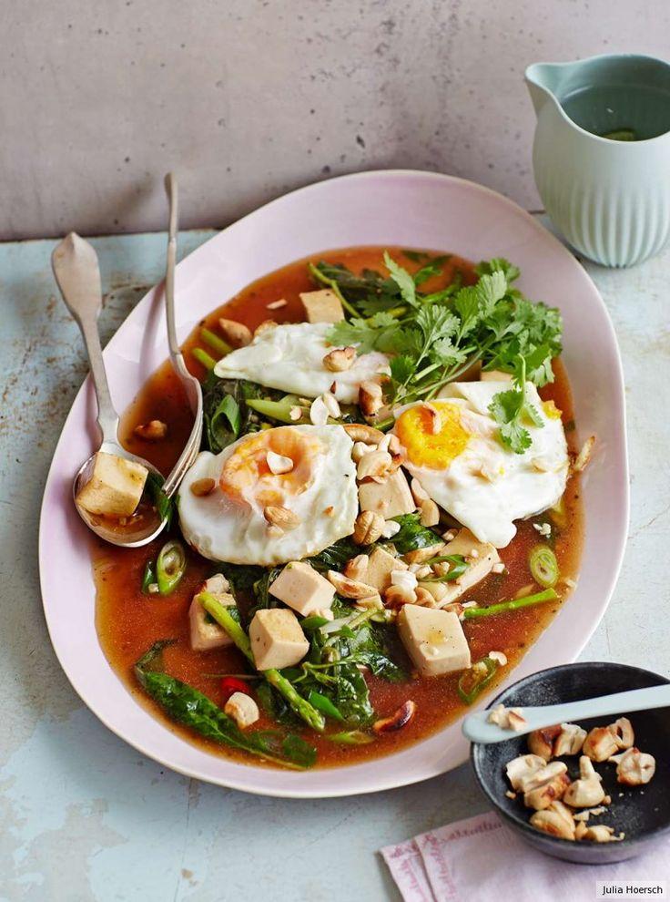 Ingwer und Chili in einem Sud aus Sherry und vegetarischer Austernsauce. Darin glänzen Seidentofu, grüner Spargel und ein besonders würziges Basilikum.Mit Cashews und frittierten Spiegeleiern ein H