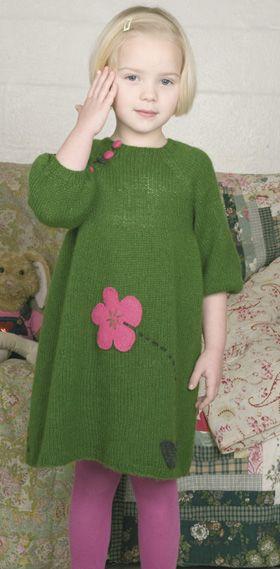 Pynten på den strikkede kjole er blomster og blade klippet ud af valkede striklapper, som applikeres og broderes på