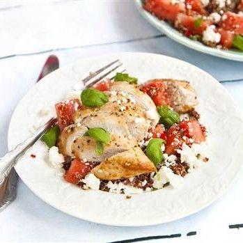 Stekt kyckling med spicy melonsallad toppad med fetaost - Recept - Tasteline.com