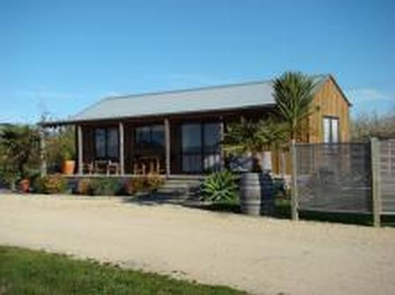 Vineyard Cottage in Napier City | 2 mins from beach, nr Eskdale. Bookabach | New Zealand