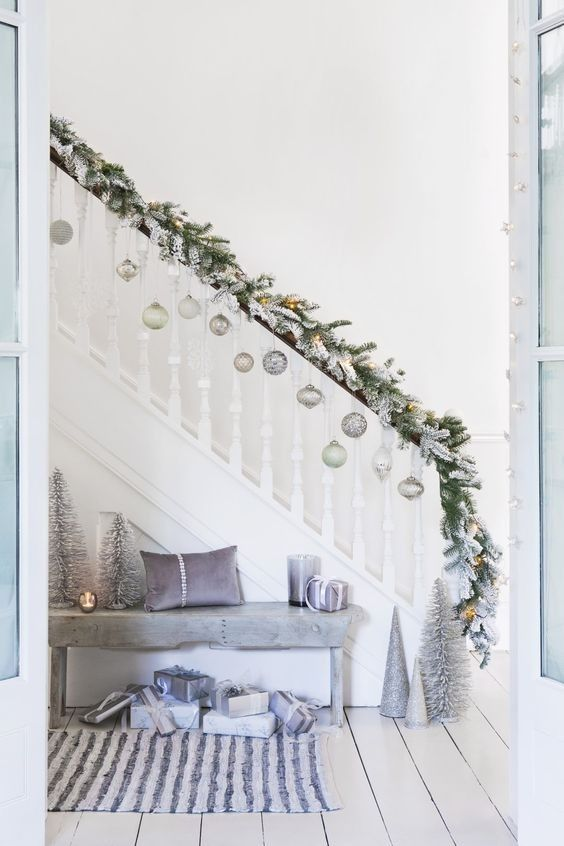 +33 Staircase Christmas Decoration Ideas