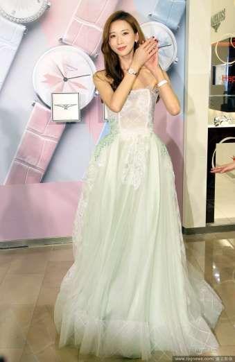2017) Gümüş bir elbise giyen Lin Chiling, onayladığı bir saat markasının tanıtımında geldi.