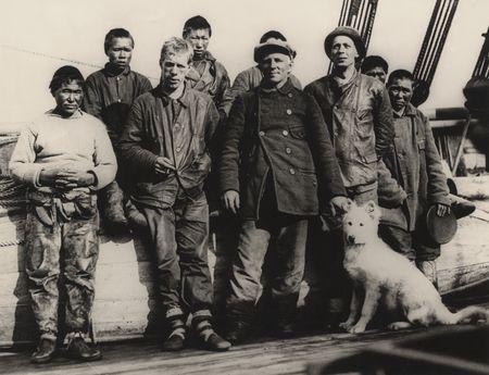 El Maud estaba llamado a contar grandes historias y para ello su botadura se realizó en junio de 1916. Amundsen estrellaba un trozo de hielo contra el arco de roda de proa o más bien hacia chocar de frente al recién nacido contra lo que sería su natural ecosistema en el ártico