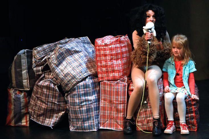 'Klutserkrakkekilililokatastrof'. Het theaterstuk heeft een bijzondere naam en is voor zowel jong als oud, vour ouders en voor hun kinderen. Lilo en Klut, gespeeld door Storms en Valckenaers, zijn twee zigeuners met een 'pikkendieftaaltje' van West-Vlaams, Italiaans en Engels. De thema's zijn heel uitgebreid en de acteurs verliezen geen momentje om van kostuum te veranderen.