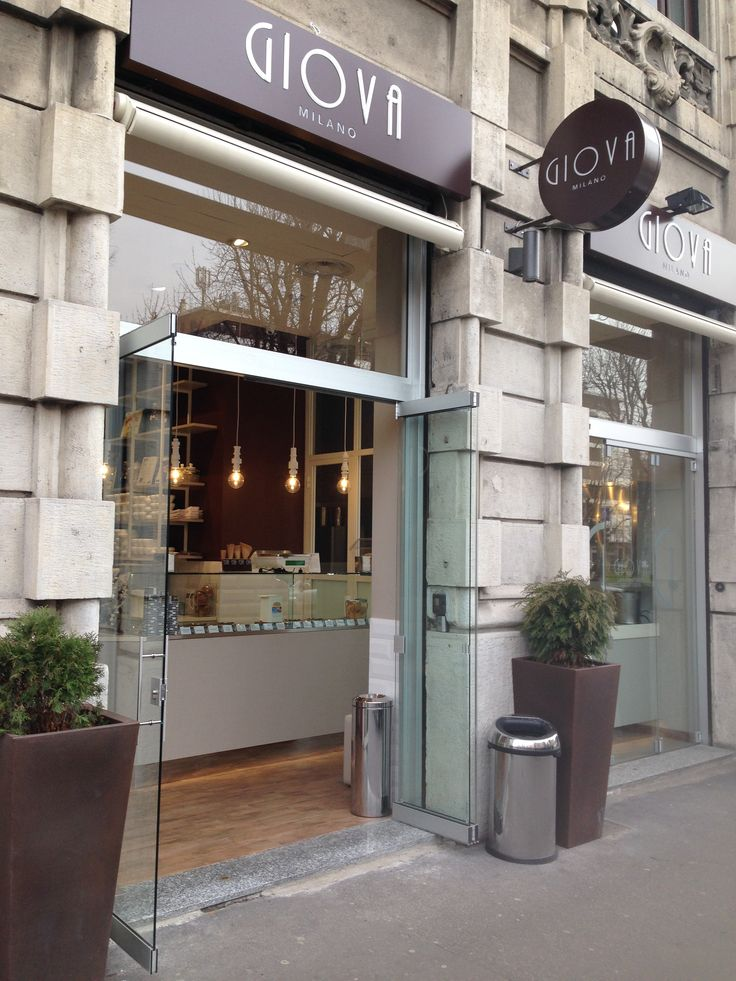 Historically speaking, ice-cream parlours were the first premises to take advantage of the Giemme System folding glass doors as an external shop window display. Even today they continue to choose them for their simplicity, practicality and elegance. GM Morando designs, manufactures and installs shop windows either directly in Lombardy (especially in the provinces of Milan, Monza and Brianza, Varese, Como, Lecco etc.) and in other regions with the help of national collaborators.