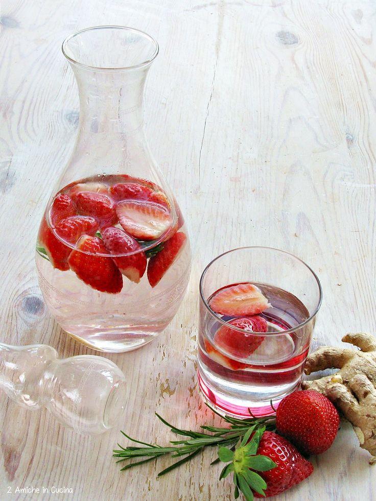 Acqua atromatizzata alle fragole, rosmarino e zenzero