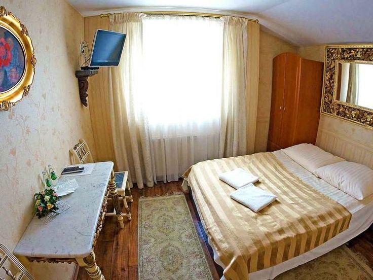 W Hotelu Florian działa 24-godzinna recepcja, dzięki czemu do dyspozycji gości zawsze jest ktoś na posterunku. Wykwalifikowani i wielojęzyczni pracownicy Hotelu udzielają szerokiej informacji turystycznej, wskazówek komunikacyjnych oraz pomocy w nawet najmniejszych problemach.   http://www.hotel-florian.pl/hotel-w-krakowie/