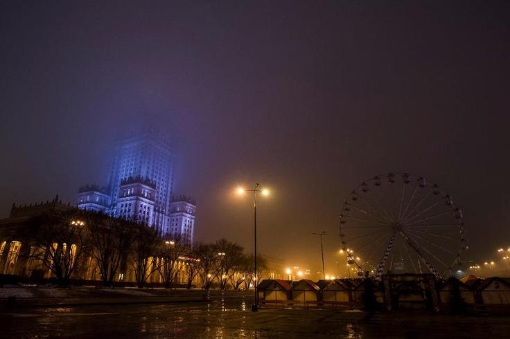 PKiN we mgle, karuzela zgaszona, ludzi brak...  Foto: Łukasz Widziszowski Fotografia źródło: fb-warszawa nieznana
