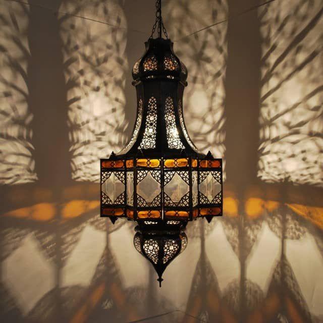 Ein spezieller Blickfang ist die in feiner Handarbeit Stil gefertigte orientalische Hängeleuchte. Die Einsätze aus farbige echt-Irakiglas, die unterschiedlich segmentierten Ornamente im Hinblick auf die Form sowie die Muster im Metall rufen ein unnachahmliches Licht- und Schattenspiel hervor, das jeden Raum in orientalischem Glanz erscheinen lässt. Die Hängeleuchte verfügt über eine Seitentür, um Leuchtmittel einzusetzen. Um Rost vorzubeugen wurde die Hängeleuchte in einem dunklen, antiken…