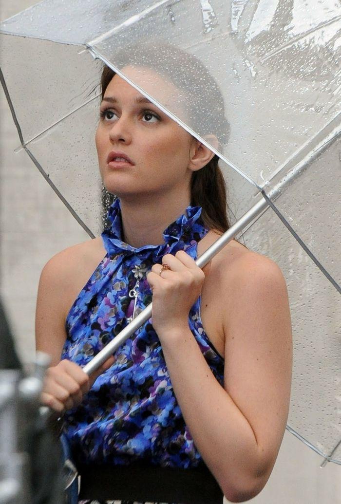 Durchsichtiger Regenschirm und junge frau