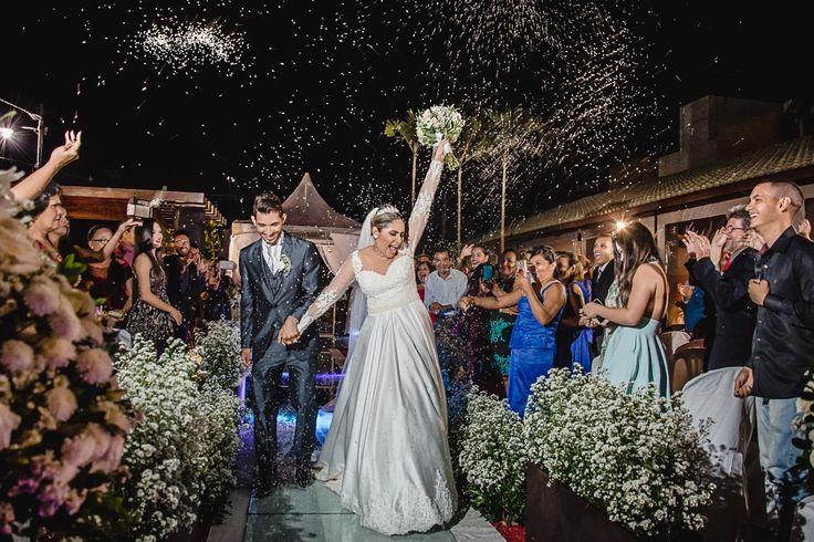 Chuva de arroz com grito forte de comemoração com a familia e seu vestido lindo de casamento e bouquet no Jardins Recepções e a decoração de Glailson Correia