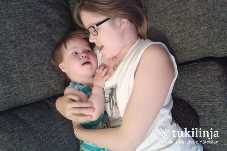 """2. Hanna Hurskainen: SISARUSRAKKAUTTA - """"Kuvassa on vanhin lapseni Aini ja nuorin lapseni Leea, jolla on downin syndrooma. Meille Leean vammaisuus on normaalia arkea. Leea on yksi 7 lapsestani ja yhtä rakas kuin muutkin. Sisarukset (2 veljeä ja 5 siskoa) kyllä pitävät Leeaa kuin kukkaa kämmenellä ja rakkaus näkyy <3"""""""