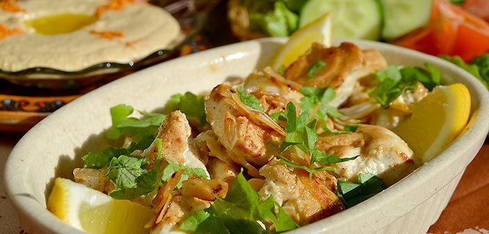 Jogurtissa ja sitruunassa marinoitu kanavarras saa mukavaa ryhtiä mantelista ja aromia neilikasta. Sitruunakana on pääsäislounaan piristävä ruoka.