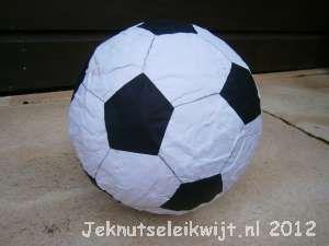 Voetbal van papier mache