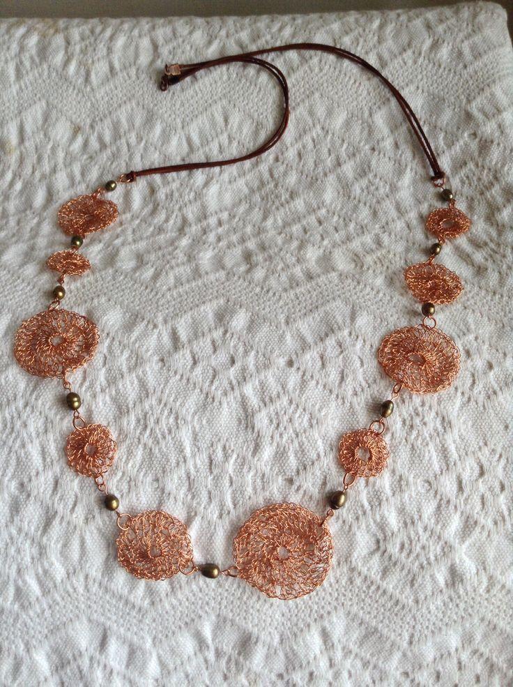 Collar a crochet hilos de cobre, perlas y cuero.