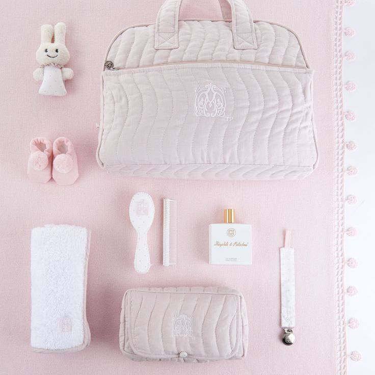 Almost Weekend! All the essentials are ready to be packed! 🍼  #theophileetpatachou #weekend #mumtobe #pregnant #babybump  #baby #babyroom #puériculture #nursery #babybump #babyclothes #maternity #babyluxury