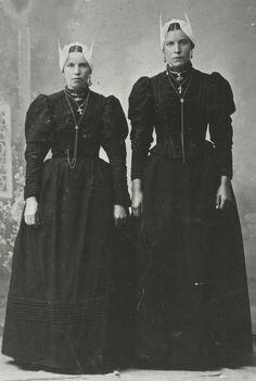 Blaricum zussen de Graaf met de 'huf' (muts) gouden oorbellen, broche,ketting met kruis, schuifketting en bloedkoralen halssnoer