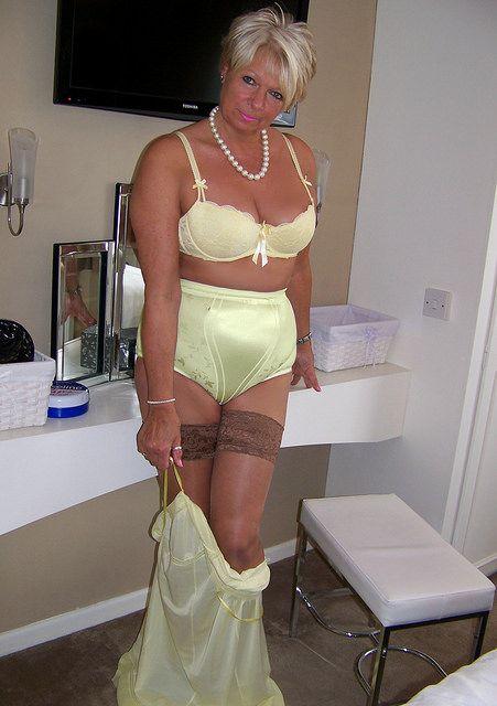 nude desi aunty go wild