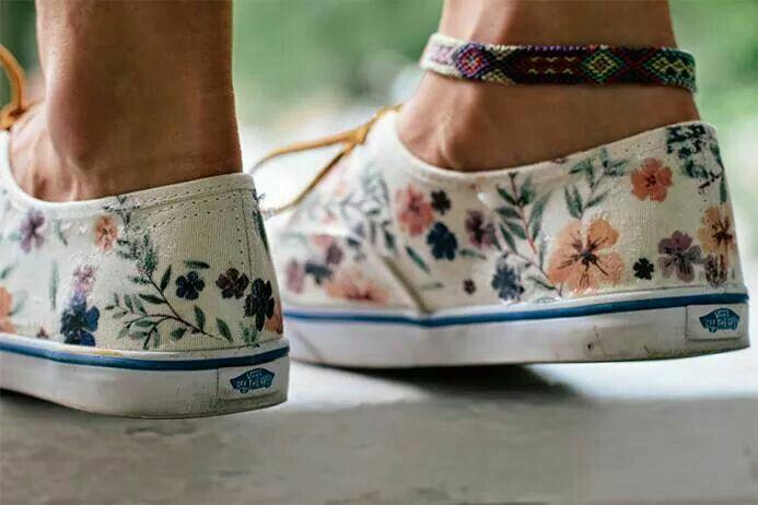 http://higorgeous.nl/diy-bloemen-vans/ Canvas schoenen zijn ideaal voor een DIY. Zo kun je met textielverf op de schoen schilderen of je kunt er bijvoorbeeld studs opzetten. Always Rooney komt met nog een leuk alternatief, namelijk strijkpapier. Op een canvas schoen (bijvoorbeeld deze witte Vans) kun je op deze manier allerlei leuke prints op je schoen maken zonder dat je goed hoeft te kunnen tekenen. MOEILIJKHEIDSGRAAD 1   BRON Stap 1: Kies een leuke print op internet, bijvoorbeeld deze ...
