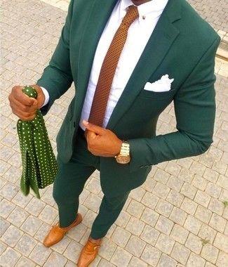 Usa un traje verde oliva y una camisa de vestir blanca para rebosar clase y sofisticación. Para darle un toque relax a tu outfit utiliza zapatos con hebilla de cuero en tabaco.