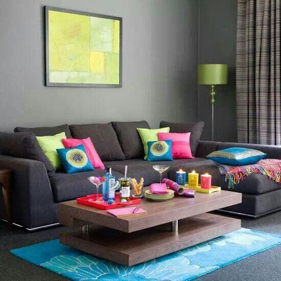 Sala cinza + detalhes coloridos = combinação perfeita