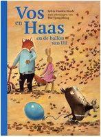 Boek - Het wordt herfst in het bos van Vos en Haas en de wind blaast een blauwe ballon naar de boom van Uil. Groot hardkartonnen prentenboek met sfeervolle kleurenillustraties. Vanaf ca. 4 jaar.