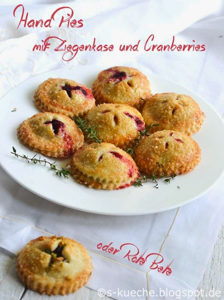 Mini Pies wahlweise mit Cranberry-Ziegenkäse und Rote Bete Füllung. Herrlich pikant, mit einem fantastischen Teig und wunderschön