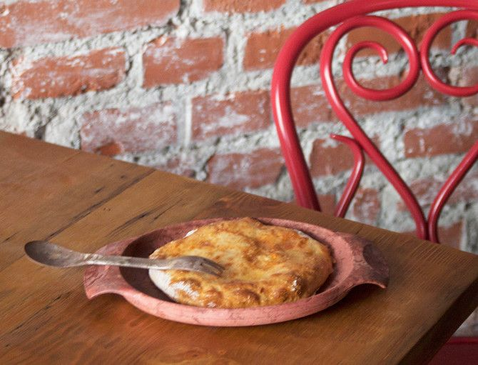 Hatsapuri on georgialainen perinneherkku, hiukan pizzaa muistuttava täytetty leipä.
