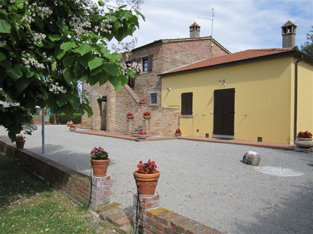 Quiete - Nice farmhouse comprising 3 spacious and cosy apartments situated in the area surrounding the medieval town of Cortona. This property is set on a hill in very quiet location and overlooks Cortona and the surrounding landscape. #holiday #property #Italy