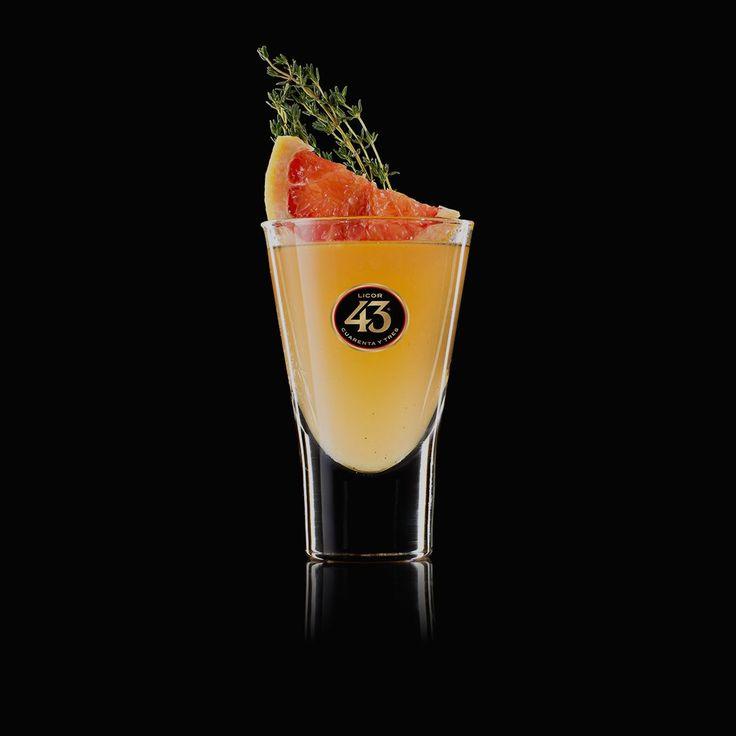 Lecker und spritzig – der Shortdrink Blood Moon 43 vereint den temperamentvollen Licor 43 mit frischem Grapefruitsaft und würzigem Ingwer. Probiere es aus!