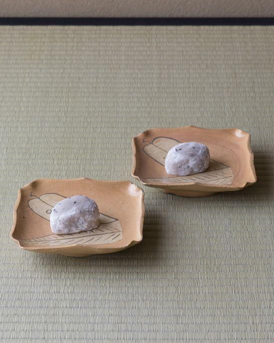 菓=亥の子餅/鍵甚良房(京都) 器=赤織部輪花鷹羽文四方皿 江戸時代