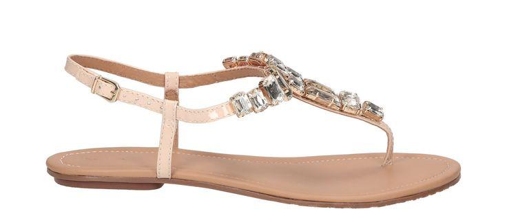Beżowe sandały  damskie wykonane z wysokiej jakości  skóry lakierowanej , charakteryzują się intrygującym wykonaniem.     Niepowtarzalny charakter zyskują dzięki bogato inkrustowanym kryształkom.   Subtelny odcień beżu idealnie współgra z letnimi stylizacjami.   Delikatne, regulowane zapięcie zostało ozdobione złotą sprzączką, które pozwala na odpowiednie dopasowanie obuwia do stopy.
