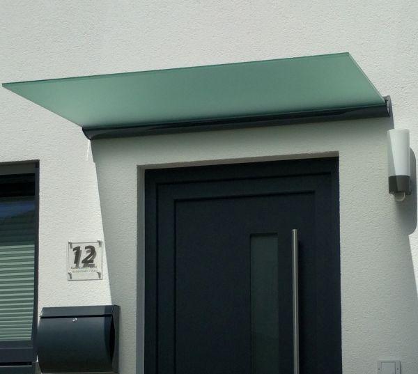 Optisch perfekt an die Haustür angepasst mit Milchglas und anthrazit farbigem Wandklemmprofil