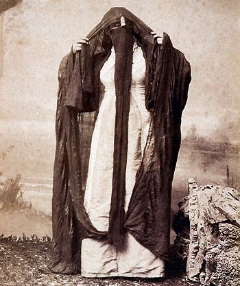 An Arab woman in Egypt in 1880. Photographer: Luigi Fiorillo