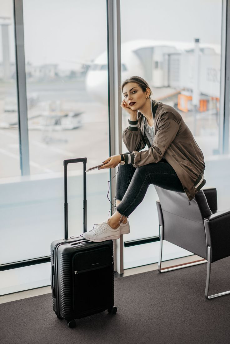 Fashion Blog from Germany. Grey and whtie striped t-shirt+grey skinny jeans+white sneakers+brown bomber jacket+black suitcase. Summer Airport Outfit 2017