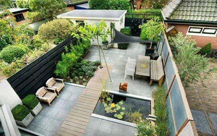 Mooie Nederlandse achtertuin, strak opgezet met diverse zitjes, een vierkante vijver en een moderne sfeer. <3 #Fonteyn Tuin Idee