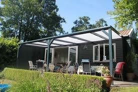 De Bugolux terrasoverkaping wordt uitgevoerd in een dakconstructie gebaseerd op platen van polycarbonaat.  Deze polycarbonaatplaten worden standaard in helder of opaal  geleverd.   Optioneel kunt u ook kiezen voor opaal-zonwerend of veiligheidsglas.  Het verandadak is standaard uitgerust met een geïntegreerde dakgoot met een volantsleuf.  Deze biedt u de mogelijkheid op eenvoudige wijze uw verandadak aan de gootzijde af te sluiten door middel van een (optionele) verandawand.