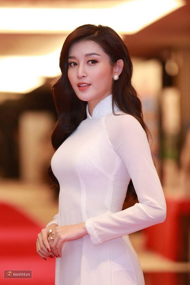 Á hậu Huyền My trong sự kiện đón Thái tử nước Anh vừa qua cũng chọn cho mình một thiết kế áo dài đơn giản.