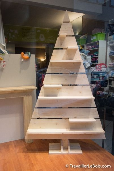 L'Air du Bois - Un sapin de Noël en bois.  Wouldn't something like this be cool for cupcakes?