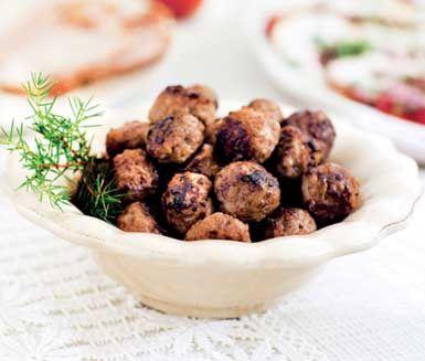Detta härliga recept på köttbullar med spännande inslag av enbär och porter är ett skojigt tips om man vill förnya de traditionella rätterna på julbordet! Tips: Stek köttbullarna i smör för bästa smak!
